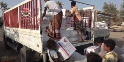الهلال الإماراتي يوزع مساعدات إنسانية على النازحين في منطقة النخيلة بالدريهمي (فيديو)