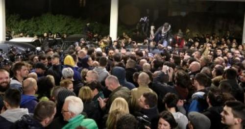 صربيا.. قوات فض الشغب تمنع اقتحام متظاهرين من اقتحام مبني التليفزيون