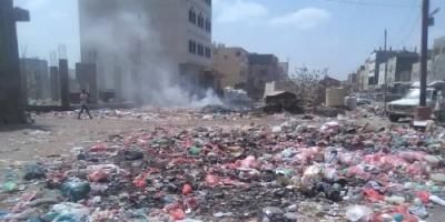 حملات غاضبة عبر مواقع التواصل بسبب تكدس القمامة في الحبيلين