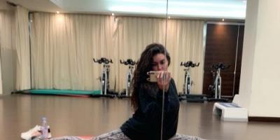 ياسمين صبري تؤدى حركات رياضية صعبة بالجيم (صور)