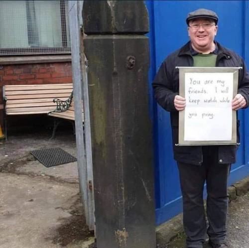 بريطاني يحرس مسجد أثناء صلاة المسلمين داخله