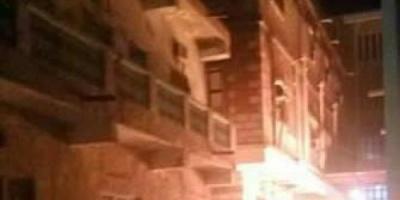 اندلاع حريق هائل في مطعم بسوق الشحر وإصابة شخصين