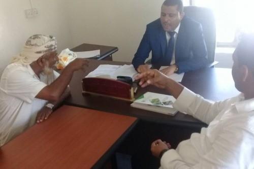 """مناقشة إجراءات ضبط الأسعار والتموين الغذائي خلال """"رمضان"""" في سقطرى"""