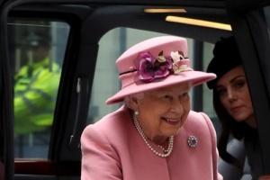 """الملكة إليزابيث وكيت ميدلتون يفتتحان مبنى """"بوش هاوس"""" (صور)"""