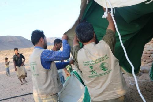 """""""سلمان للإغاثة"""" يوزع مساعدات إيوائية في مديرية حديبو بجزيرة سقطرى (صور)"""