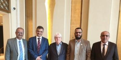 نائب رئيس المجلس الانتقالي والأمين العام يلتقيان مارتن جريفت في الإمارات