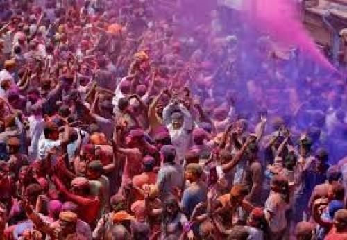 الهند تحتفل بقدوم الربيع بالصوات والألوان المبهجة