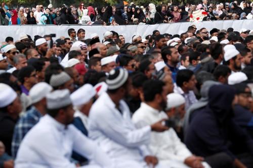 نيوزيلندا.. توافد الآلاف للمشاركة في تشييع ضحايا مذبحة المسجدين