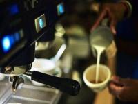 دراسة: إضافة اللبن البارد إلى المشروبات الساخنة يقي من سرطان المرئ