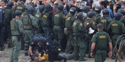 الأمن الأمريكي يطلق الغاز المسيل على متسللين عبر المكسيك