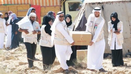 هلال الإمارات يوزع مساعدات غذائية على أهالي المكلا