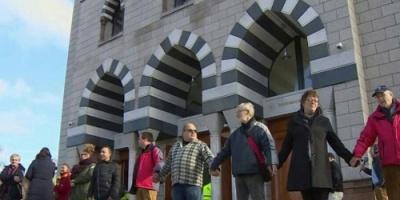 """أهالي نيوزيلندا يقدمون مبادرة نبيلة بـ"""" سلاسل بشرية """" لحماية المساجد والمصلين بالجمعة"""
