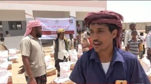 الهلال الإماراتي يسير قافلة مساعدات لإغاثة ألف أسرة من مديرية المحفد بأبين