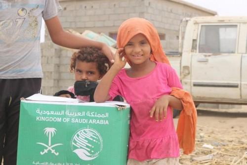 توزيع 600 سلة غذائية على النازحين والمتضررين بحجة