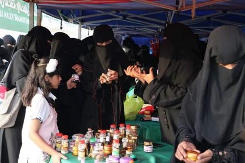 """""""تحسين سبل العيش"""" يختتم جناح عرض منتجات المعيلات في مهرجان ربيع المكلا (صور)"""
