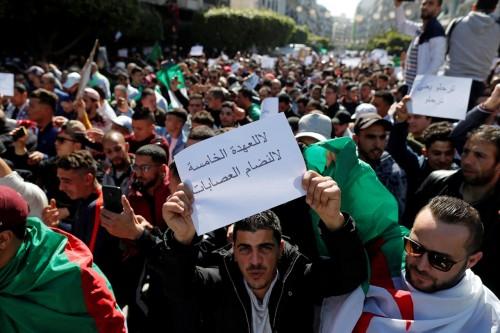 تظاهر مئات المحامين بالجزائر للمطالبة بالتنحي الفوري لبوتفليقة