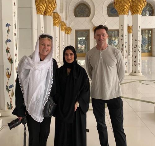 النجم العالمي هيو جاكمان يزور مسجد الشيخ زايد بأبوظبى (فيديو)