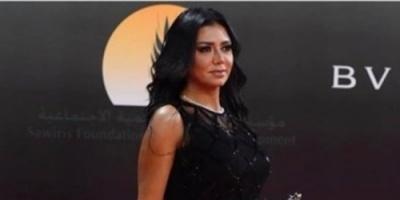 مشادة بين رانيا يوسف ومذيعة خليجية بسبب قضية فستانها المثير (فيديو)