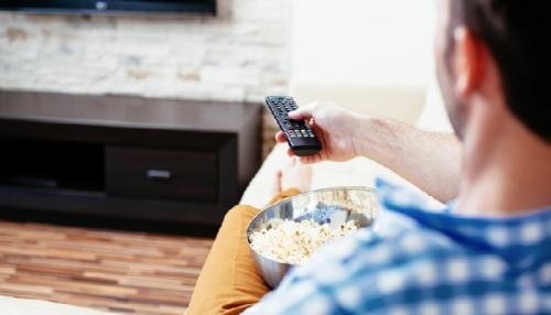 لهذه الأسباب ..احذر من تناول الوجبات الخفيفة خلال مشاهدة التلفزيون