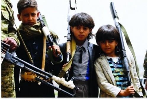 """المليشيا تعتقل 3 أطفال في صنعاء بتهمة تقطيع شعاراتها وسب """" الحوثي"""" (خاص)"""