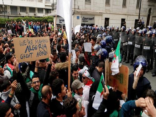 للمرة الأولى.. التليفزيون الجزائري يبث الاحتجاجات ضد بوتفليقة