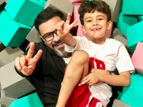 محمد رجب بصحبة ابنه في جلسة تصوير جديدة (صور)