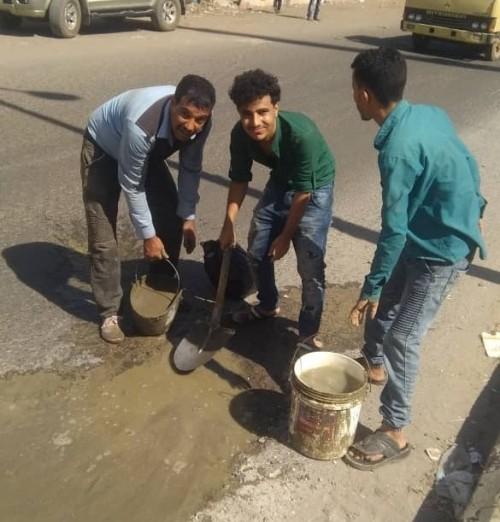 مبادرة لردم الحفريات بالشارع العام بمدينة الحبيلين في لحج