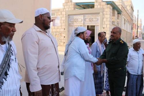 وفد أمني رفيع المستوى يزور أسرة الشهيد باوزير ويقدّم اعتذار رسمي (صور)