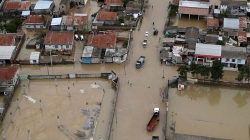الفيضانات تُغرق الأحواز وتتسبب في قطع الاتصالات