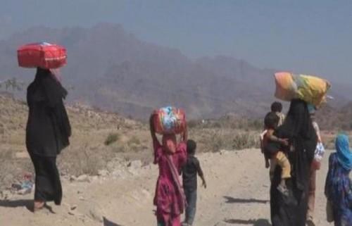 تضليل الانقلاب لا يتوقف.. الحوثي يدفع الآلاف للنزوح ويطالب بوقف الهجرة!