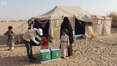 """""""سلمان للإغاثة"""" يوزع 140 سلة غذائية على النازحين من صنعاء إلى مأرب"""