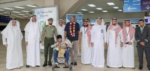 استقبال بالورود للمواطن السعودي المصاب في حادث نيوزيلندا بمطار جدة