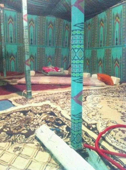 خيمة القذافي التي استقبل فيها زعماء العالم معروضة للبيع في ليبيا (صور)
