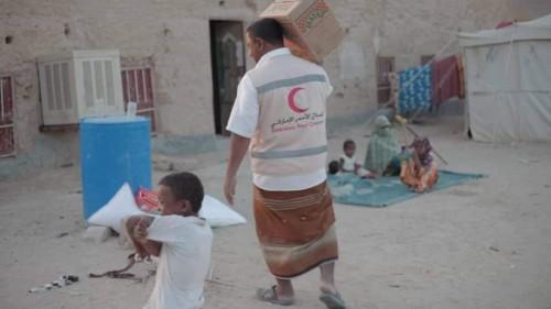 الهلال الإماراتي يوزع 170 سلة غذائية على أهالي مديرية السوم بصحراء حضرموت