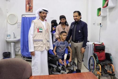 الإمارات تحقق أمنية طفل يمني وتسلمه كرسي متحرك (صور)