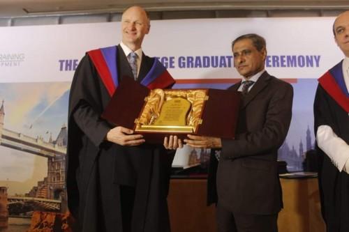 كلية كامبردج البريطانية تكرم محافظ حضرموت للمرة الثانية