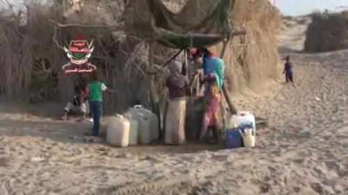 فيديو يوثّق نزوح عشرات الأسر من بعض مناطق الحديدة إلى الخوخة بسبب الحوثيين