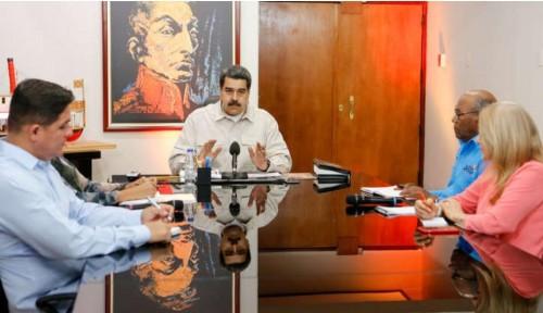 """رئيس فنزويلا يلجأ لـ"""" واتس آب """" لتوضيح أزمات البلاد مع المواطنين"""