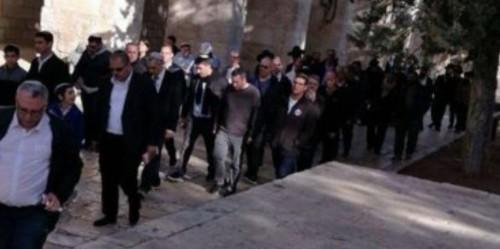 مستوطنون إسرائيليون يغلقون الطريق الرئيسى بين نابلس والضفة الغربية