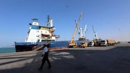 مصادر: مليشيا الحوثي تعرقل تفريغ شحنة وقود في ميناء الحديدة
