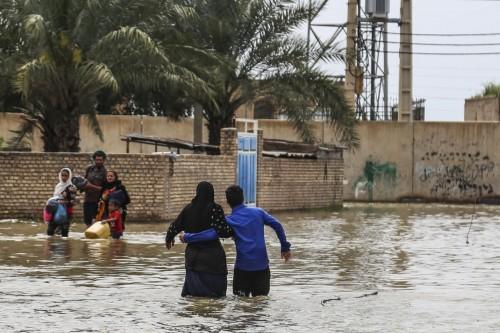 النظام الإيراني يُسكن الأحوازيين المتضررين من الفيضانات بعربات القطار