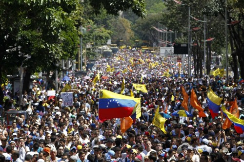 احتشاد الفصائل السياسية المتنازعة على السلطة بجميع أنحاء فنزويلا