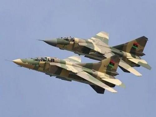 الجيش الليبي يبدأ في شن غارات جوية على مسلحين بطرابلس