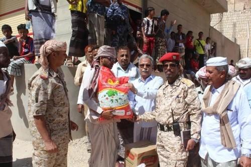 توزيع سلال غذائية من الهلال الأحمر الإماراتي على أهالي مناطق دوعن (صور)