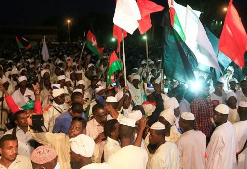 متظاهرو السودان يواصلون اعتصامهم أمام المقر الرئيسي للجيش