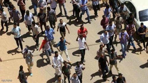 الأمن السوداني يطلق قنابل الغاز تجاه المتظاهرين أمام مقر وزارة الدفاع