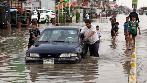 فيضانات إيران تُغرق الأحواز واحتجاجات شعبية ضد فساد النظام (فيديو)