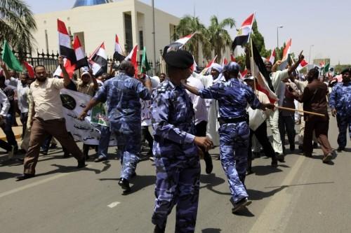 """بالرصاص والغاز.. الأمن السوداني يحاول مجددًا فض اعتصام """" الدفاع """""""