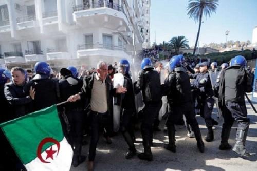 """الأمن الجزائري يفرق تظاهرات رافضة لتولي """" بن صالح """" الفترة الانتقالية"""