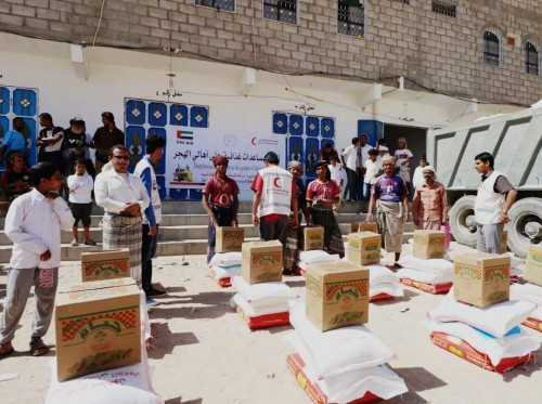 الهلال الإماراتي يوزع 500 سلة غذائية على أهالي منطقة الهجر بشبوة (صور)